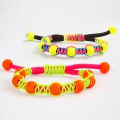 Knyttet armbånd med perler og glidelukking av knyttesnor