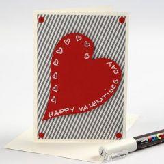 Valentinskort med designpapir og rødt hjerte av kartong
