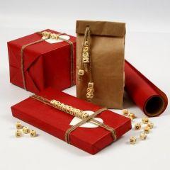 Gaveinnpakning med budskap av bokstavperler i snor av lin