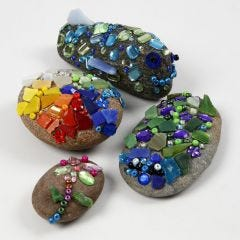 Stein med glassmosaikk