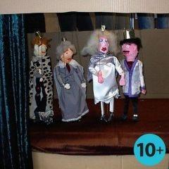 Marionettdukker av trelister og gipsgaze
