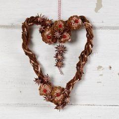 Flettet greinkrans i hjerteform med kongler og anisstjerner