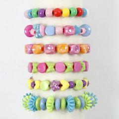 Armbånd av plastperler på kulørt elastikk
