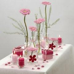 Hvit og rosa borddekking med Happy Moments