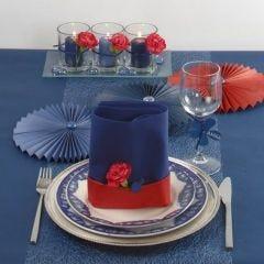 Borddekking og bordpynt i blått med et streif av rødt