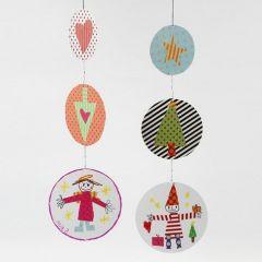Uro av dekorerte pappskiver med dreieledd