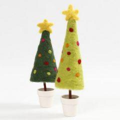 Nålefiltet juletre med toppstjerne på fot i potte