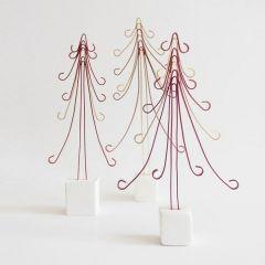 Juletre av kulørt alutråd på fot av cernit