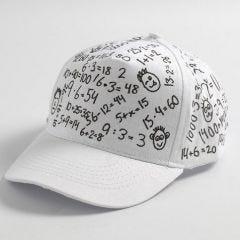Svart tekstildekorasjon på hvit caps