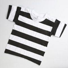 Fangedrakt av hvit T-shirt med svartmalte striper