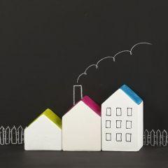 Hus av hvit terrakotta med fargelagt tak