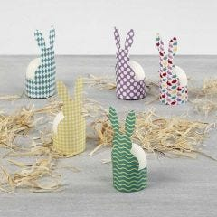 Holder av  mønstrete kartong til å sette egg i