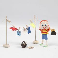 Figur av Silk Clay og tørkestativ i tre med tøy av Silk Clay.