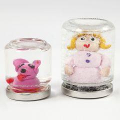 Rystekuler av glass med figur av Fimo-leire og vann med glimmer