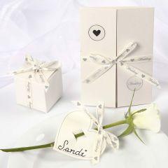 Bryllupspynt med satingbånd med romantisk skrift