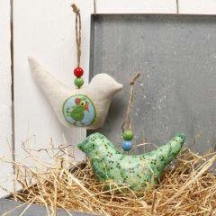 Oppheng med fugl av stoff, pyntet med decoupagepapir og perler