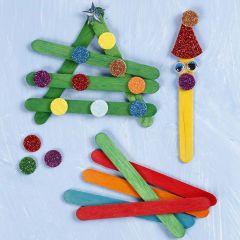 Julefigurer satt sammen av fargede trepinner