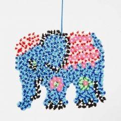 Elefant av stripete rørperler på stiftplate