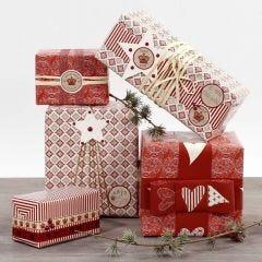 Gaveinnpakning i rødt og hvitt pyntet med stickers og bånd
