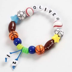 Armbånd er farget elastikksnor med bl.a. bokstavperler