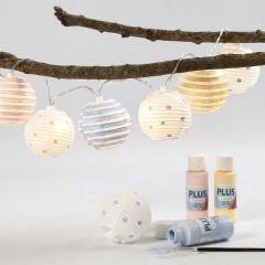 Lyskjede med malte lampeskjermer av rispapir