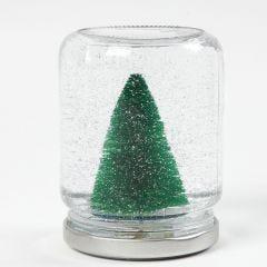 Snøkule av syltetøyglass med pynt, vann og glimmer inni