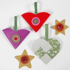 Glitrende papirpynt til jul laget med materialer fra klippepakke