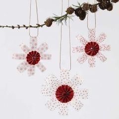Oppheng av stjernestrimler i vellumpapir pyntet med roset i midten og glitter