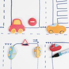 Biler og trafikkskilt av selvherdende leire