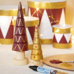Juletre av tre dekorert med hobbymaling og hobbymaling på tusj
