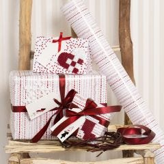 Julegaveinnpakning i rød og hvit pyntet med julemotiver i rørperler