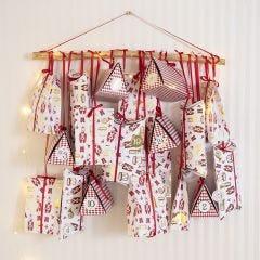 Pakkekalender med mix av gaveesker og papirsposer