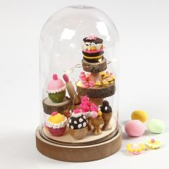 Klokke med mini cupcakes som innvendig pynt