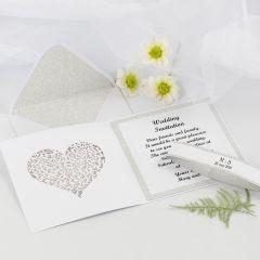 Kort og konvolutt til bryllupsinvitasjon dekorert med designpapir