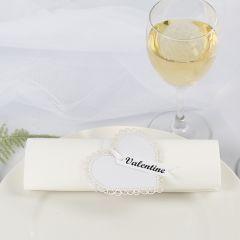 Serviettring og bordkort til bryllup av kartong hjerte og satengbånd