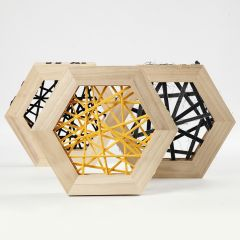 String art med stoffgarn i sekskantede trerammer