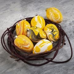 Egg av terrakotta dekorert med marmoreringsfarge