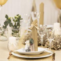 Borddekking og bordpynt i gull med papirblomster, ballonger, serviett brettet som tårn og bordkort