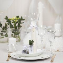 Borddekking og bordpynt i hvit med papirblomster, ballonger, serviett brettet som tårn og bordkort