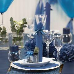 Borddekking og bordpynt i mørk blå med papirblomster, ballonger, serviett brettet som tårn og bordkort