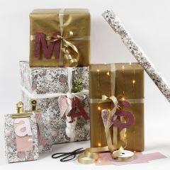 Gaveinnpakning i rosa og gull med designpapir bokstaver