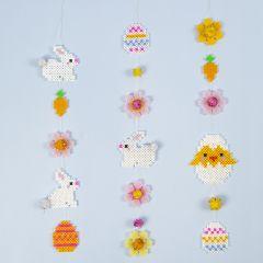 Påskeguirlander av rørperler med påskeharer, påskeegg, blomster og påskekylling
