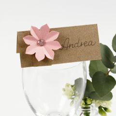 Bordkort pyntet med kartong blomst med 3D effekt