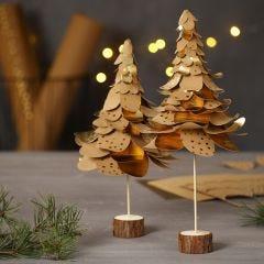 Juletrær av utstanset lærpapir i lag på lag