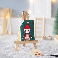 Nissen maler et selvportrett til nissedøren sin