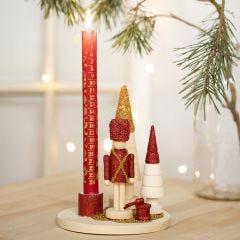 Lysestake dekorert med nøtteknekker figur, juletrær og mini glasskuler