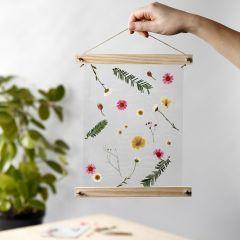 Oppheng med laminerte, tørkede blomster i plakatlister
