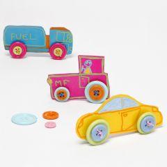 Bil av pyntet krympeplast med knapper som hjul