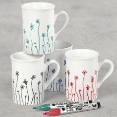 Porselenskrus pyntet med blomster tegnet med glass- og porselenstusj