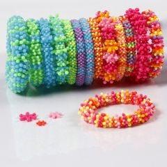 Regnbue armbånd av flate plastperler